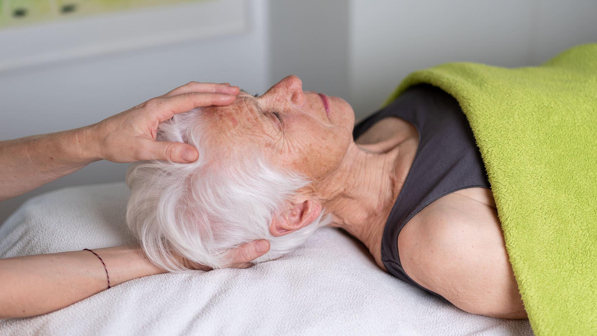 Craniosacrale Therapie Seniorin liegend